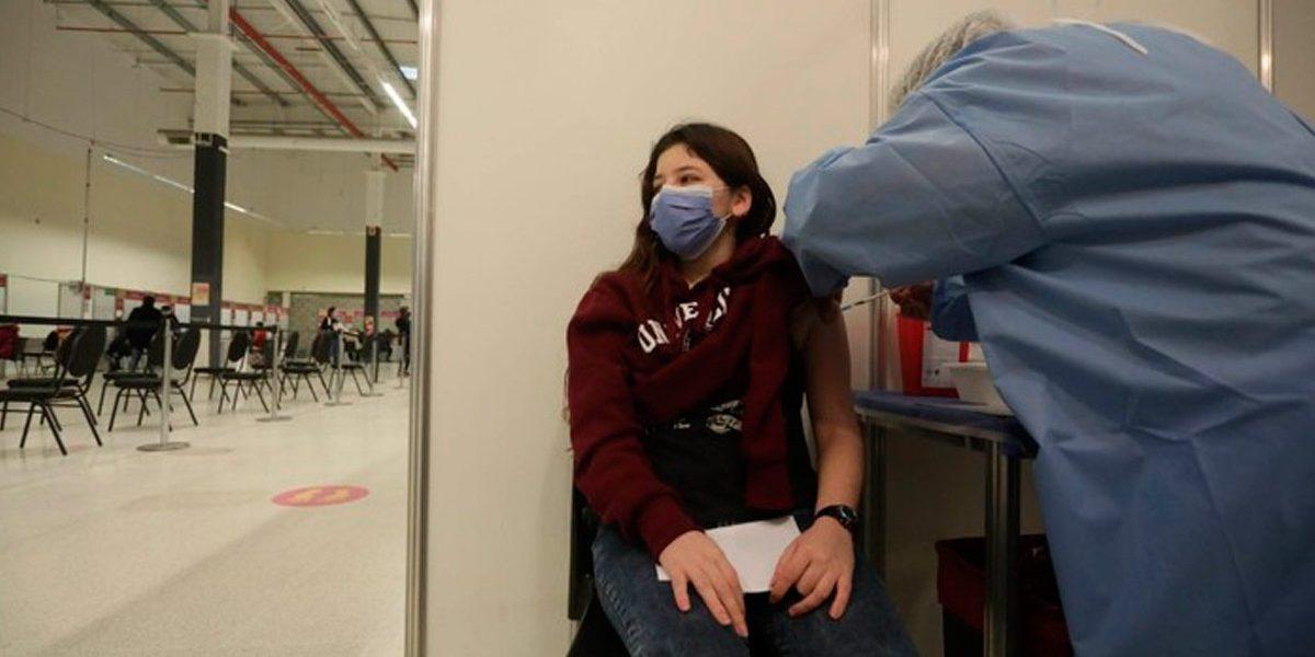Covid 19: Ya recibieron la primera dosis de vacuna los primeros jóvenes mayores de 18 años